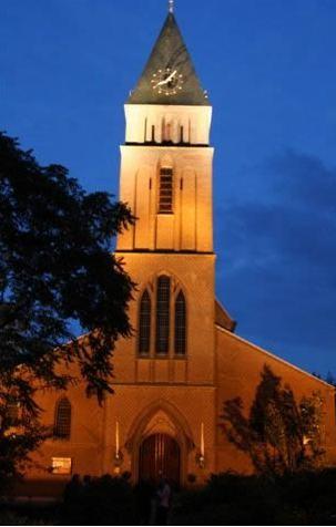 Kerktoren St-Lambertus kerk verlicht.   gemonde weblog
